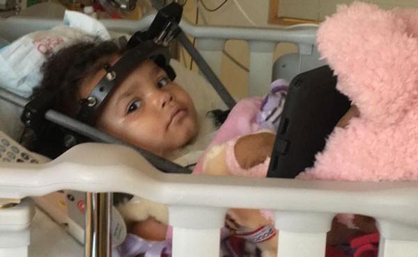 Aniyah aos 2 anos, imobilizada (Foto: Reprodução Facebook)