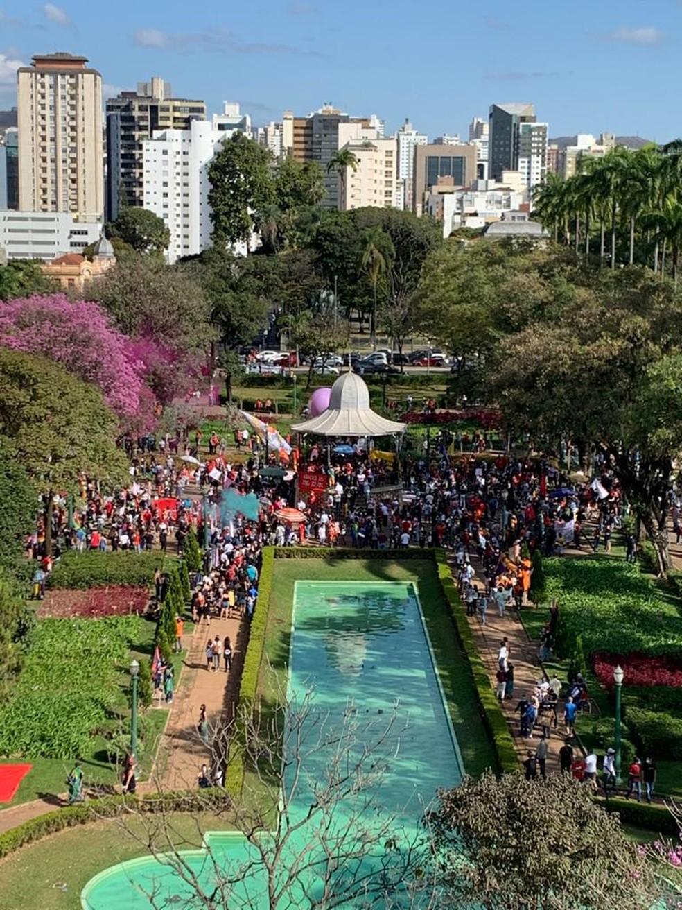 Manifestantes se concentram na Praça da Liberdade — Foto: André Junqueira/TV Globo