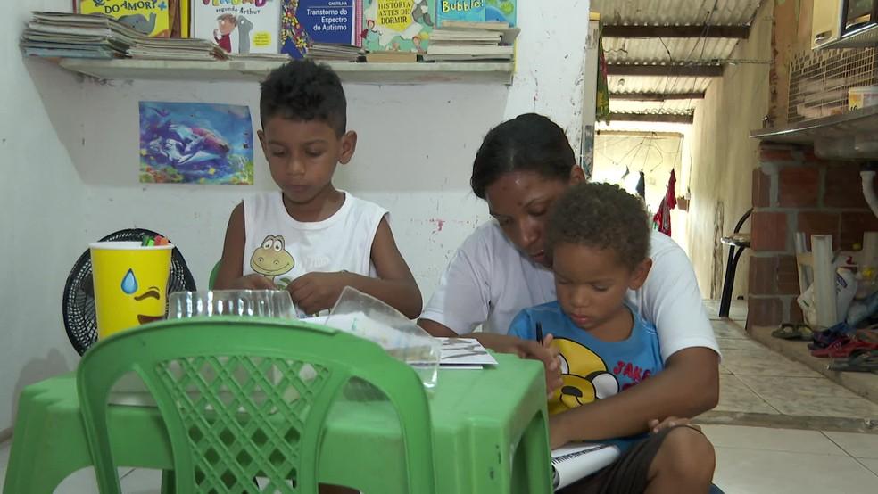Sem assistência na escola, Jéssica ensina atividades pedagógicas para os filhos em casa — Foto: Reprodução/TV Globo