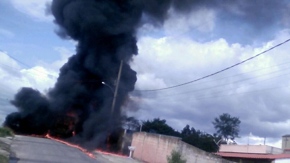 Ônibus é incendiado em São Joaquim de Bicas, na Grande BH, e suspeitos são presos (Foto: Corpo de Bombeiros/Divulgação)