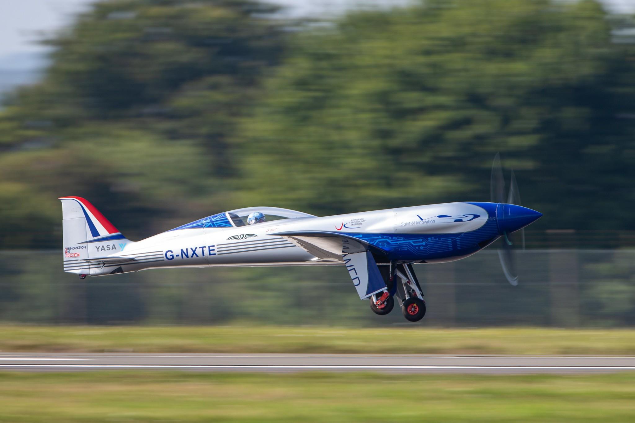 Avião elétrico da Rolls-Royce faz primeiro voo teste antes de tentar recorde de 480 km/h