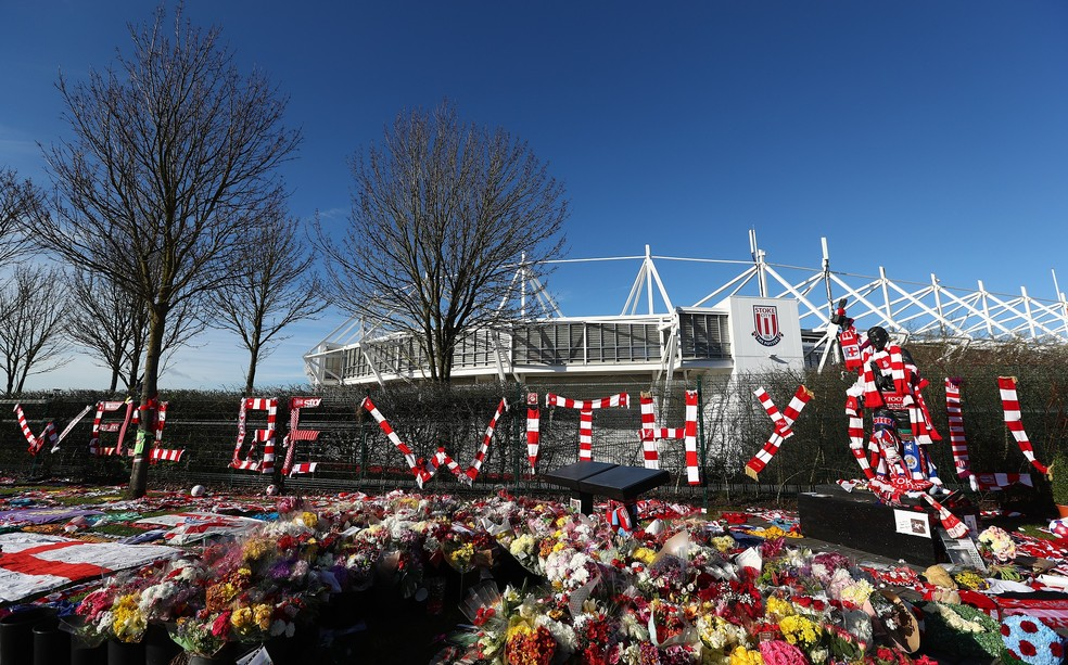 """Homenagens de fãs formaram a frase: """"Estaremos com você""""  — Foto: Getty Images"""