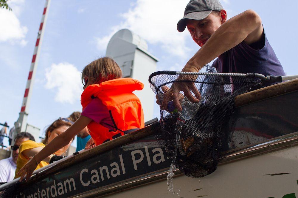 Tour para coletar plástico em Amsterdã. (Foto: Plastic Whale)
