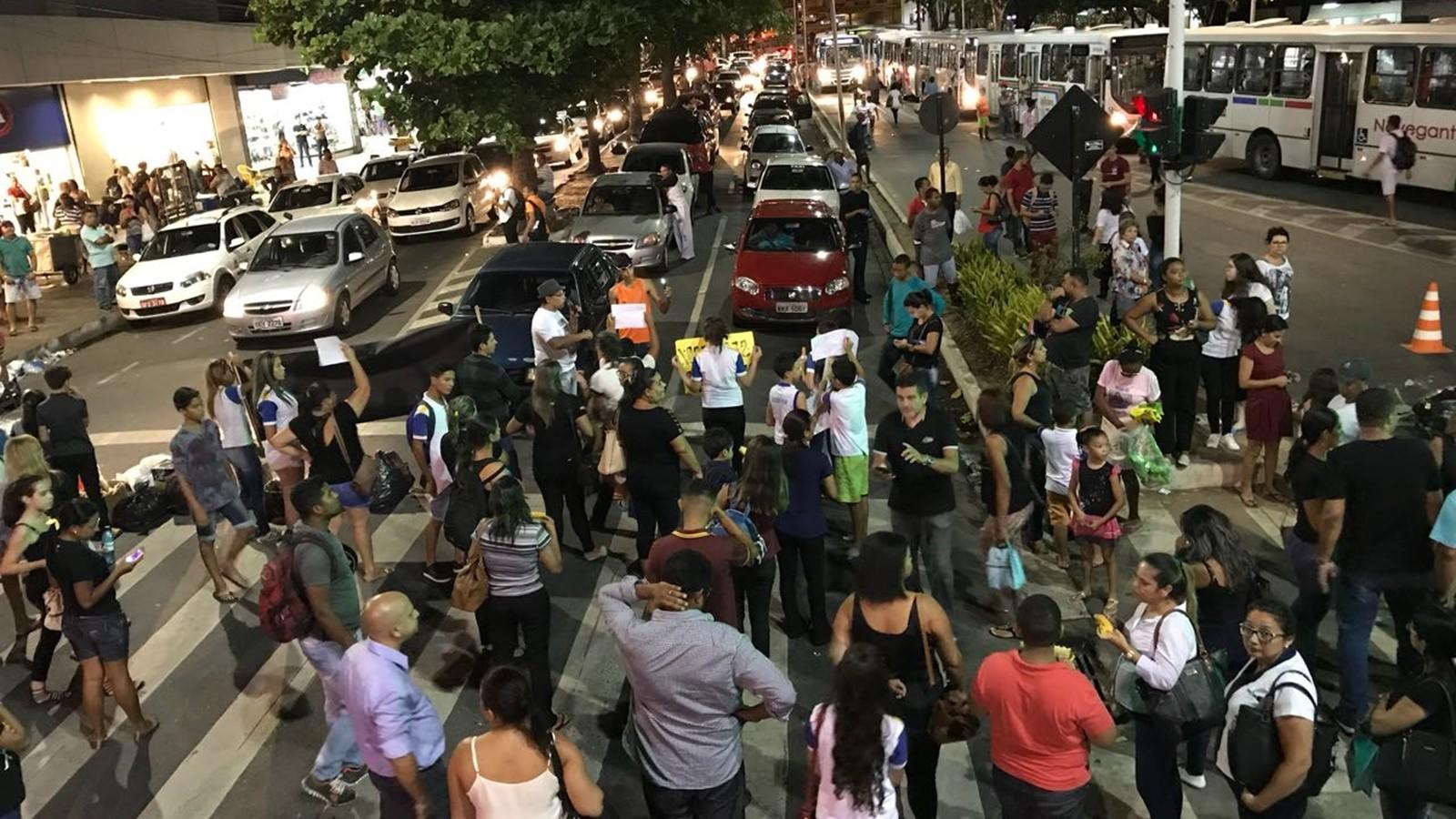 Grupo interdita via em protesto contra reajuste de 500% em escola de João Pessoa