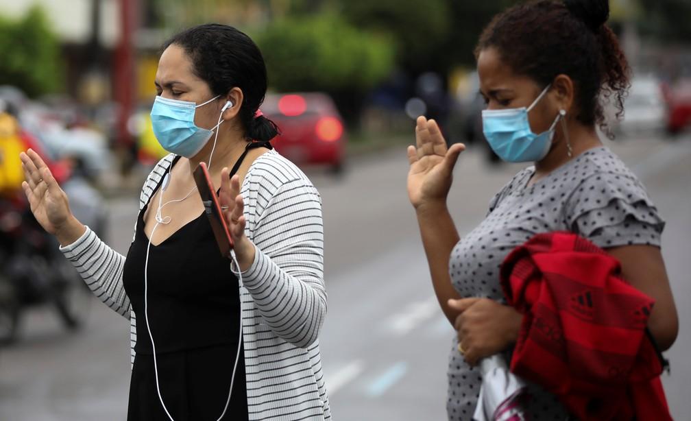 Familiares de pacientes internados com Covid-19 em Manaus fazem operações do lado de fora  Foto: Bruno Kelly/Reuters