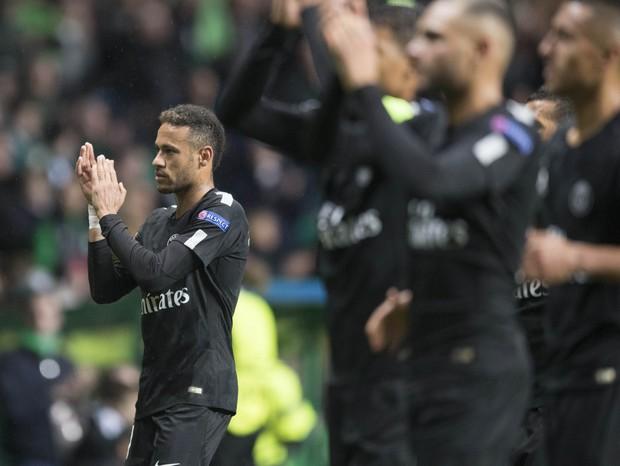 Neymar ganhando dinheiro - digo, aplaudindo a torcida do PSG (Foto: Getty Images)