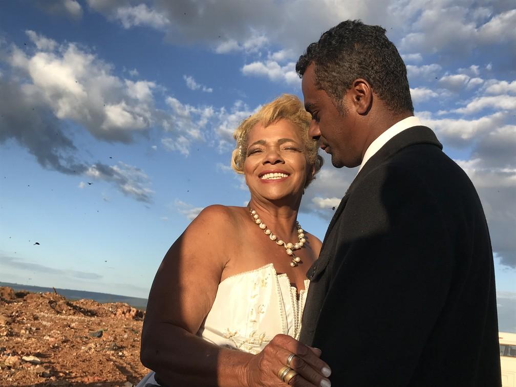 Catadores Valdineide Ferreira e Edeuclides Brito se casam no Lixão da Estrutural, no DF (Foto: Marília Marques/G1)