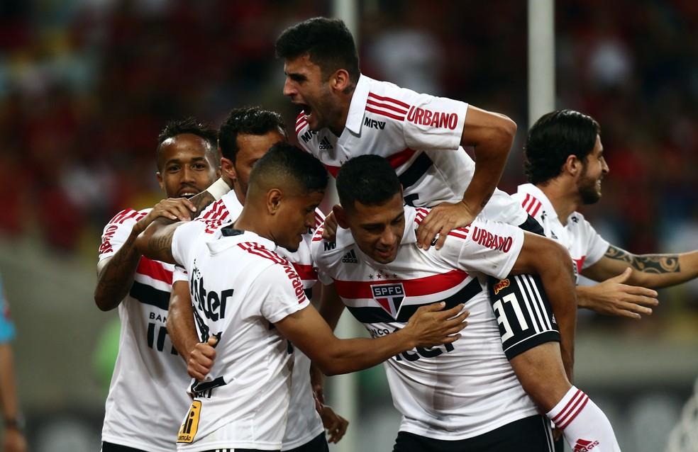 Jogadores comemoram o gol de Everton sobre o Flamengo, no Maracanã (Foto: Agência Estado)