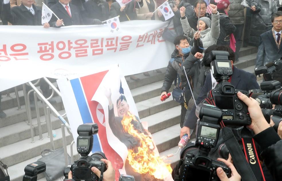 Ativistas colocam fogo em imagem do ditador norte-coreano Kim Jong-un (Foto: Kim Jae-Myeong/Donga Daily via Getty Images)