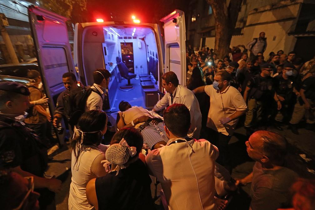 Pacientes são removidos após incêndio que atinge o Hospital Badim — Foto: WILTON JUNIOR/ESTADÃO CONTEÚDO
