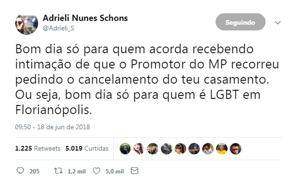 Postagem  no Twitter de Adrieli Schons no qual fala sobre o promotor e a tentativa de anular o casamento. (Foto: Reprodução/Twitter)