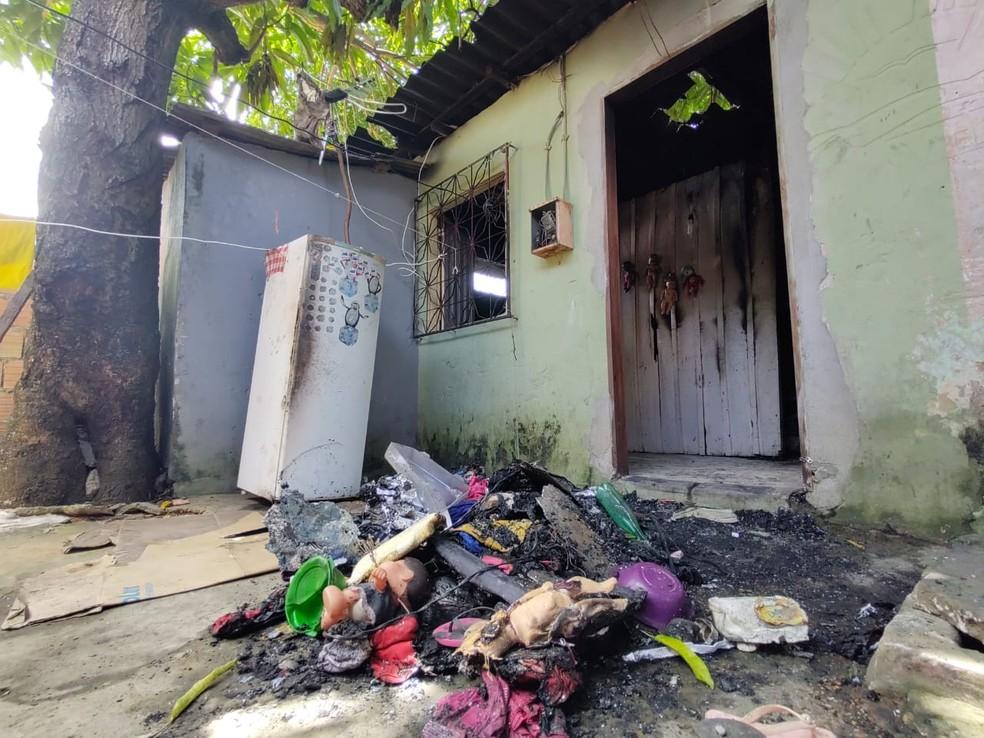 Meninas foram resgatas de casa em chamas, na manhã deste domingo (5) — Foto: Eliana Nascimento/G1 AM