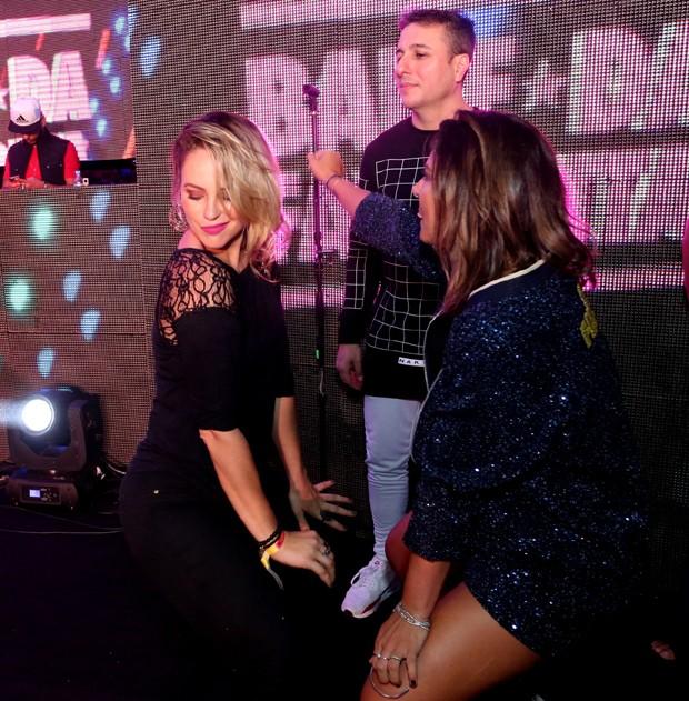 Paolla Oliveira e Carol Sampaio dançando funk (Foto: Reginaldo Teixeira/CS eventos divulgação)
