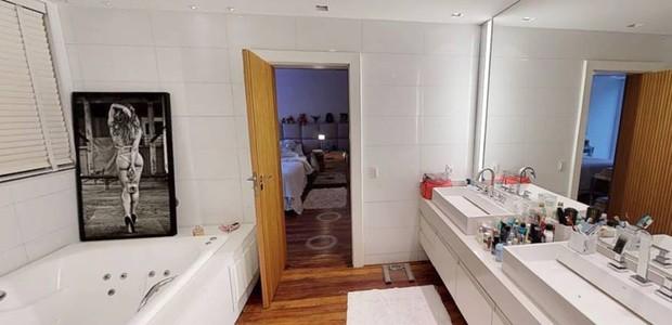A suíte do casal conta com banheira (Foto: EmCasa/ Reprodução)