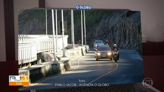 Carro do prefeito Crivella circula pela Av. Niemeyer, que está interditada judicialmente desde maio