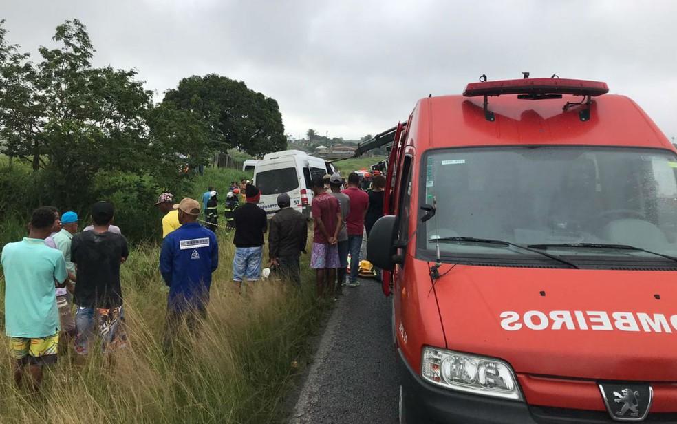 Corpo de Bombeiros no local do acidente entre uma carreta e uma van na Bahia — Foto: Alice Ribeiro/TV Subaé