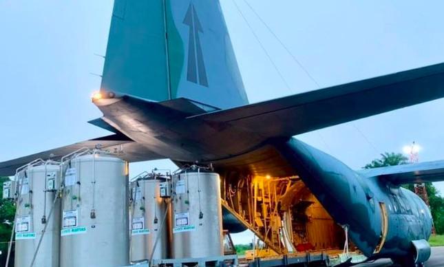 Cilindros de oxigênio transportados pela FAB para Manaus