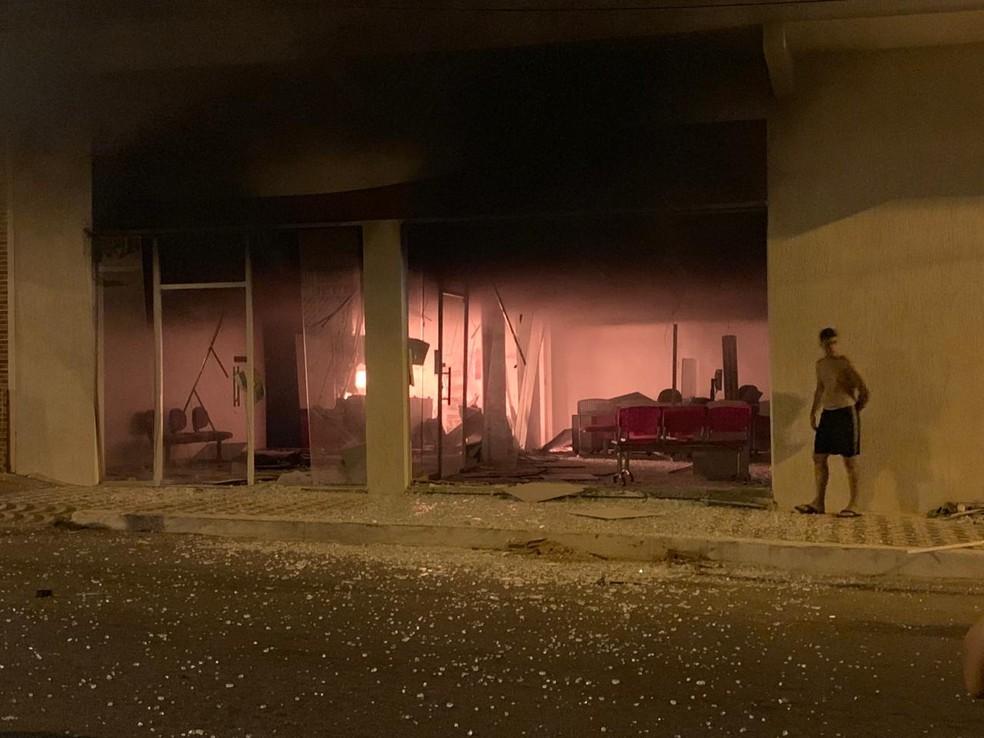 Artefato usado em ataque à agência de Morrinhos quebrou as portas de vidro do estabelecimento, derrubou parte do teto e causou um princípio de incêndio. — Foto: Arquivo pessoal