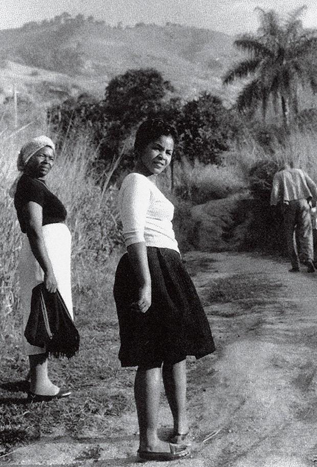 Cultura Elza - Com a mãe, dona Rosária, em Água Santa (RJ), em 1950 (Foto: Divulgalção)