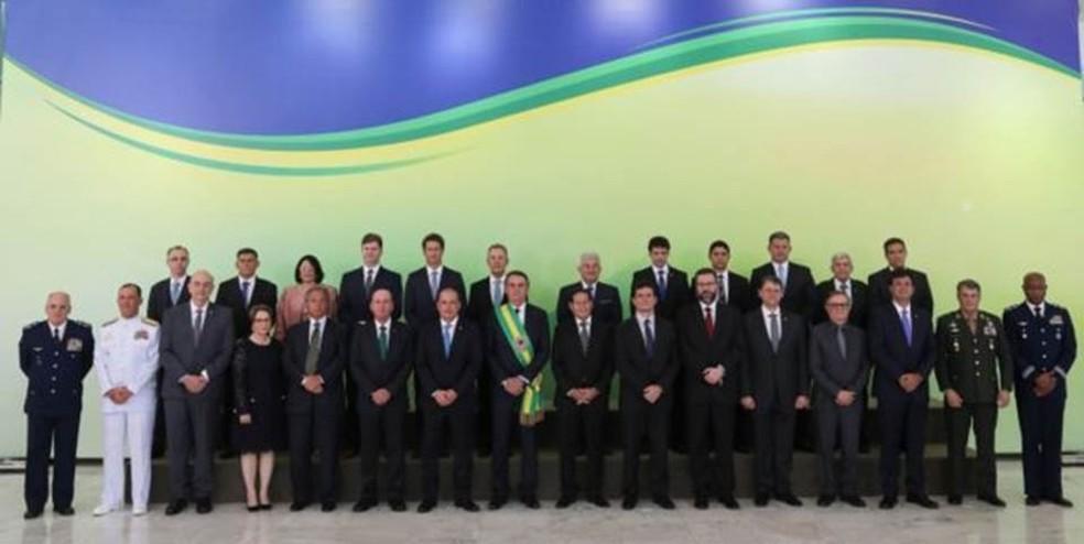Gabinete de Bolsonaro (acima, na posse, o presidente, o vice, os ministros e comandantes militares) tem sete representantes das Forças Armadas — Foto: SERGIO LIMA/AFP/GETTY IMAGES/BBC