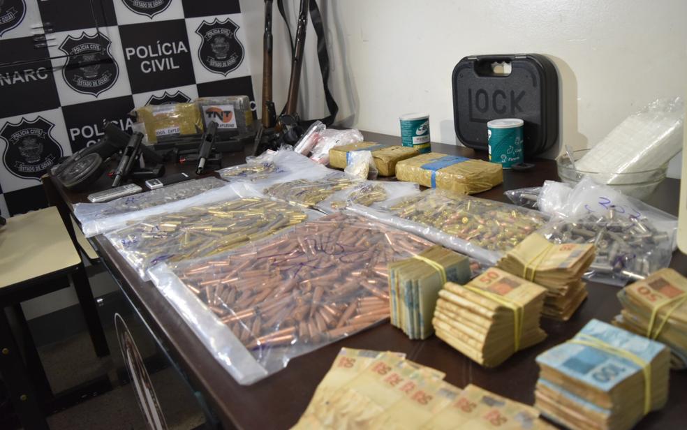 Munições e dinheiro apreendidos com suspeitos de traficar drogas para 'clientes de luxo' em Goiânia (Foto: Murillo Velasco/G1)