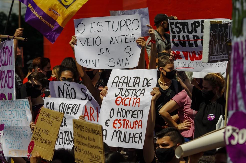 Grupo de manifestantes na Avenida Paulista levou cartazes pedindo fim da violência contra a mulher, em novembro — Foto: Estadão Conteúdo/Futura Press