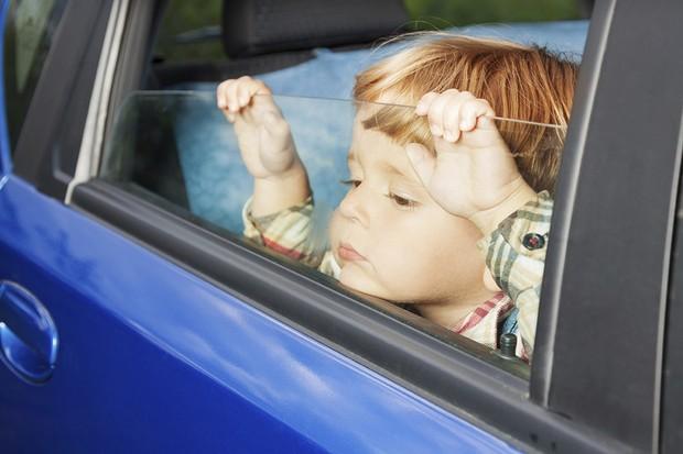 Pulseira bebê a bordo alerta quando uma criança é esquecida dentro do carro (Foto: Divulgação)