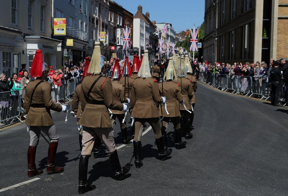 Soldados britânicos marcham nesta quinta-feira (17) pelas ruas de Windsor, em ensaio para o dia do casamento de Harry e Meghan (Foto: Marko Djurica/Reuters)