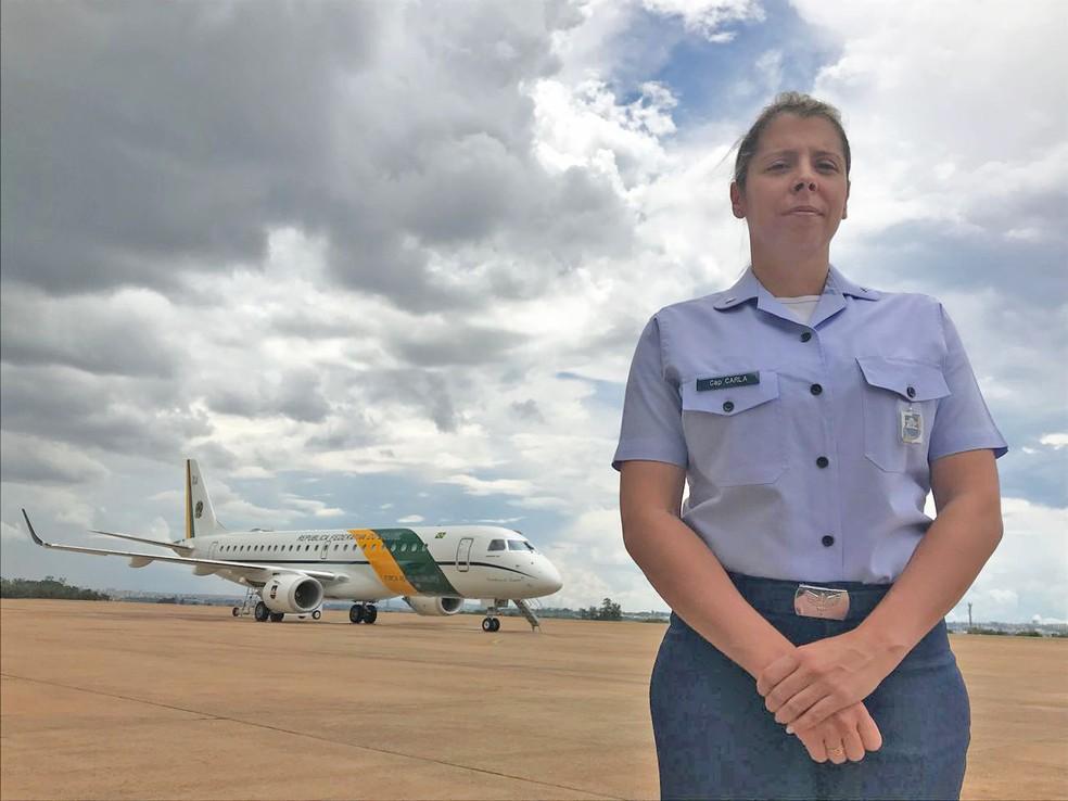 Capitão da FAB posa em frente a um dos aviões presidencial (Foto: Marília Marques/G1)