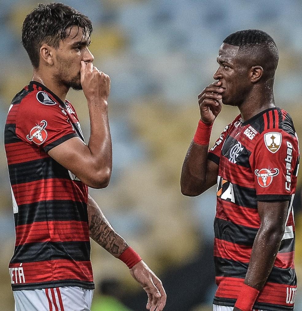 Vinicius Junior e Lucas Paquetá em aç]ão pelo Flamengo  — Foto: Pedro Martins / SOCCERIS