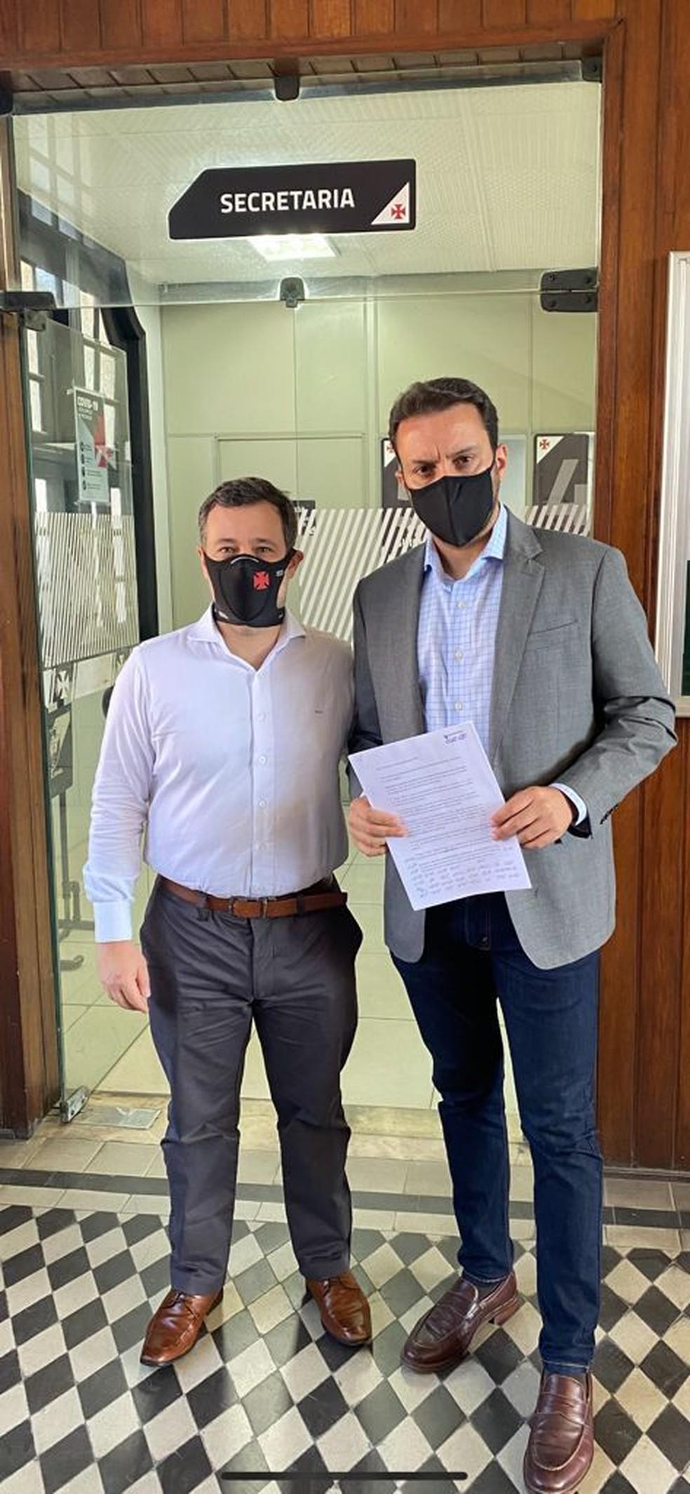 Renato Brito e Julio Brant protocolam carta junto à secretaria do Vasco cobrando Jorge Salgado — Foto: Arquivo Pessoal