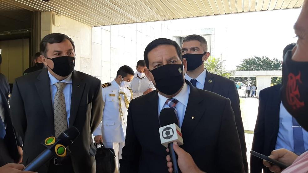 O vice-presidente da República, Hamilton Mourão, em entrevista a jornalistas — Foto: Guilherme Mazui