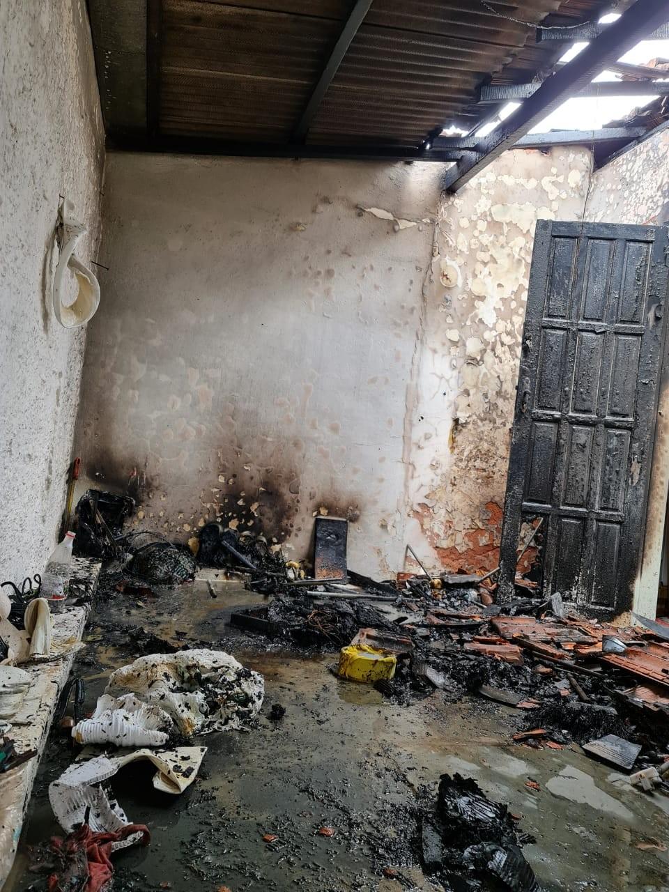Incêndio atinge telhado de casa em Montes Claros; chamas podem ter sido provocadas após vazamento de gás