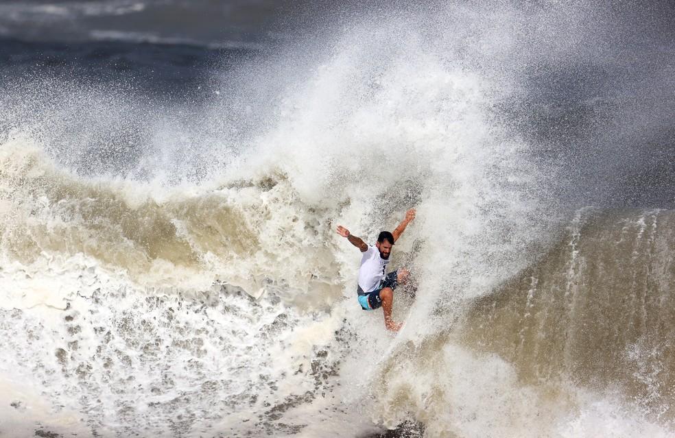 Italo Ferreira dropando onda na final olímpica  — Foto: REUTERS/Lisi Niesner
