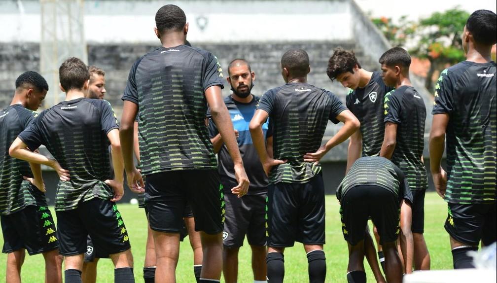 Equipe Sub-17 do Botafogo em treinamento — Foto: Botafogo F.R.