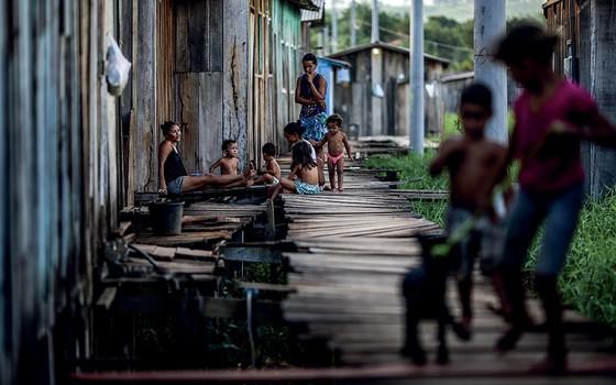 """ABANDONADOS Moradores do bairro Sapolândia, em Tucuruí, no Pará. Sapos e cobras peçonhentas vivem debaixo das """"ruas"""" desenhadas com palafitas (Foto: Adriano Machado)"""