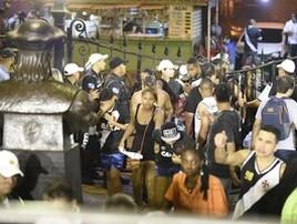 Torcedores do Vasco jogam pedras na PM e tentam invadir social (André Durão)
