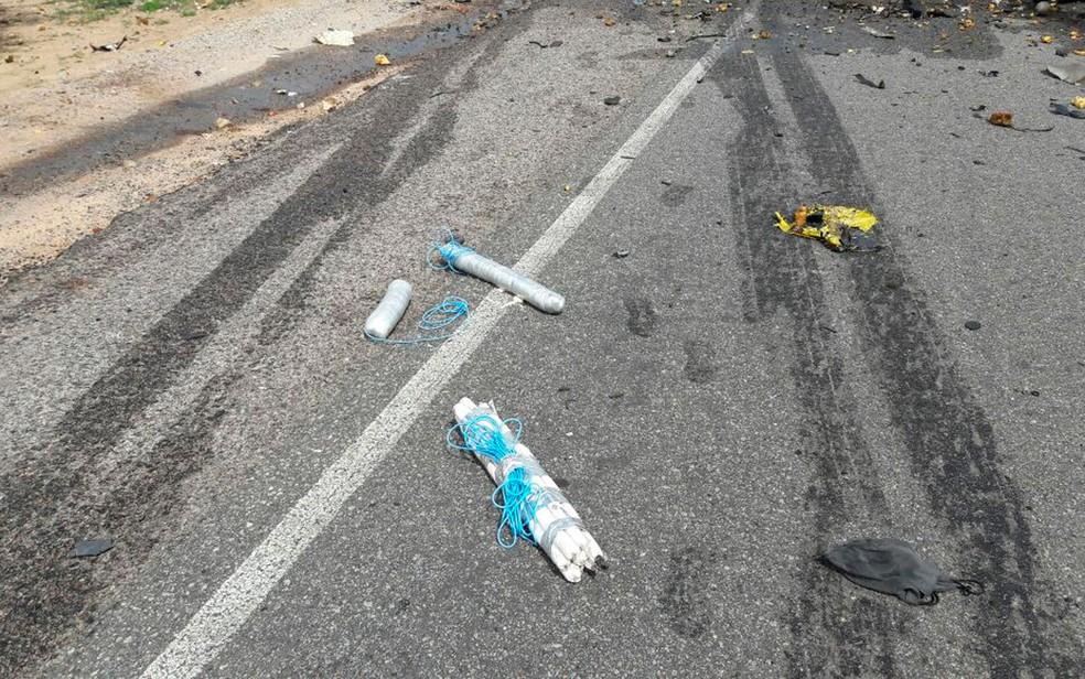 Artefatos explosivos não detonados ficaram espalhados na pista (Foto: Polícia Militar/Divulgação)