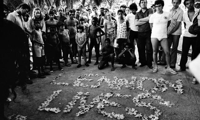 Manifestação após a morte de John Lennon no Jardim de Alah, em Ipanema, no Rio