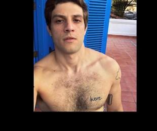 Chay Suede exibiu uma tatuagem com a palavra 'here' no peitoral nas suas redes | Reprodução/ Instagram
