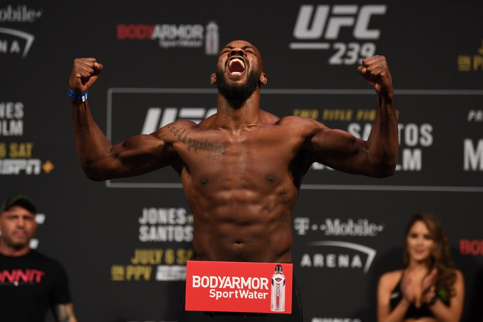 Jon Jones subiu de categoria e em breve irá lutar entre os pesos-pesados — Foto: Getty Images