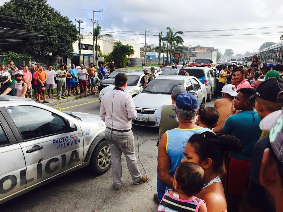 Assassinato de um homem provocou fechamento de trecho da PE-15, em Olinda (Foto: Thiago Augustto/TV Globo)