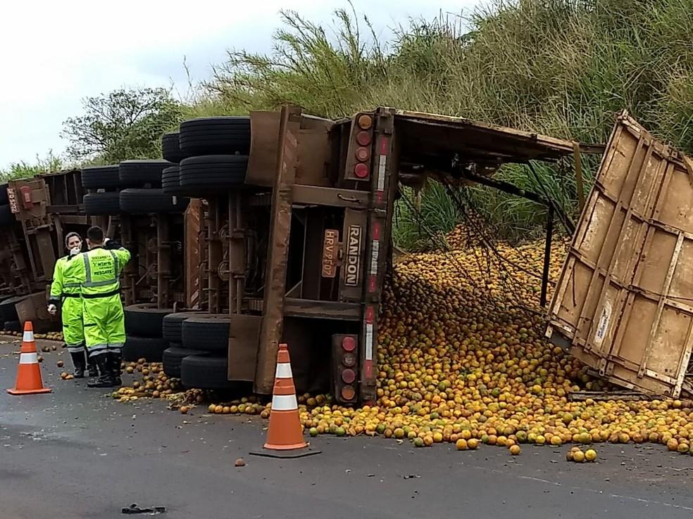 Carga ficou espalhada pela via, que precisou ser parcialmente interditada em Barra Bonita — Foto: G7 Notícias/Divulgação