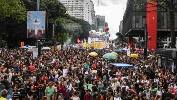 Manifestação contra cortes na educação, na Avenida Paulista (Foto: AFP via BBC)