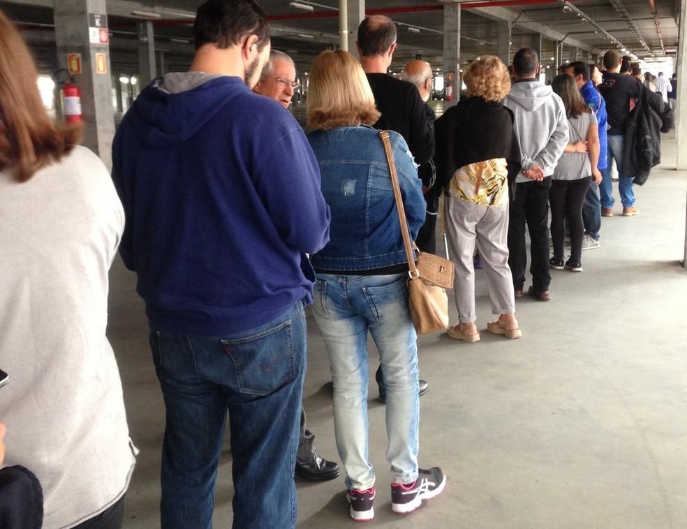 Fãs fazem fila para comprar ingresso de show (Foto: Rafaella Fraga/G1)
