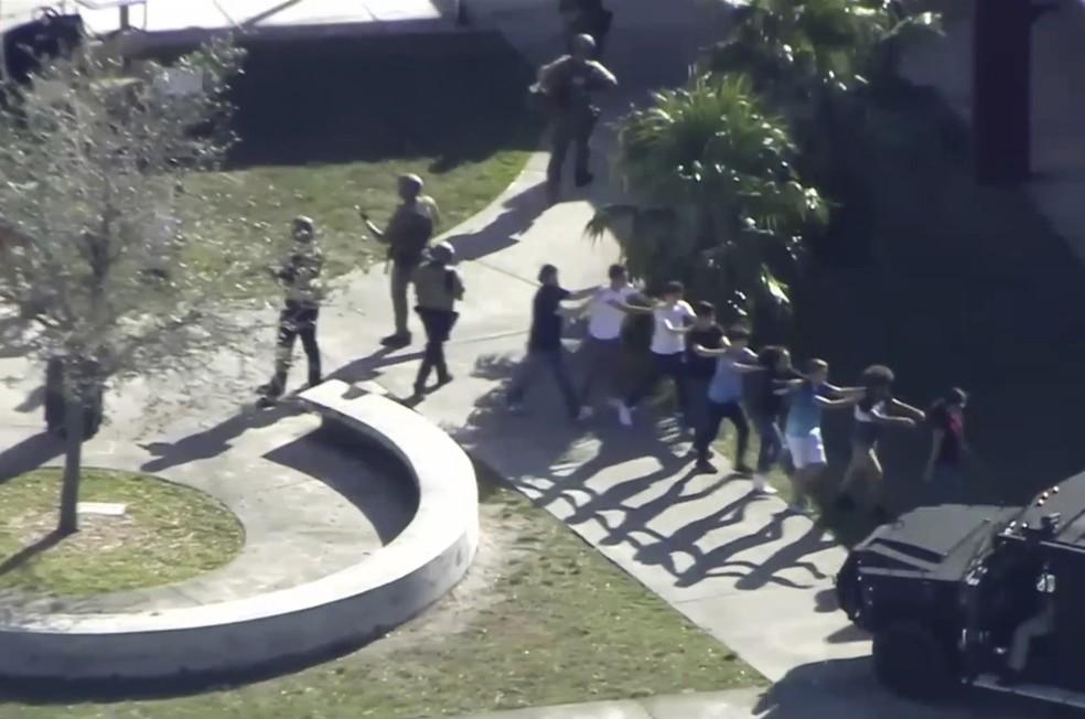 Alunos saem do prdio de escola em Parkland em que ocorreu tiroteio nesta quarta-feira 14 Foto WPLG-TV via AP