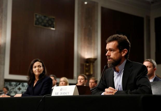 Presidente-executivo do Twitter, Jack Dorsey, e vice-presidente de operações do Facebook, Sheryl Sandberg, em audiência no Comitê de Inteligência do Senado dos EUA (Foto: Reuters/Joshua Roberts)