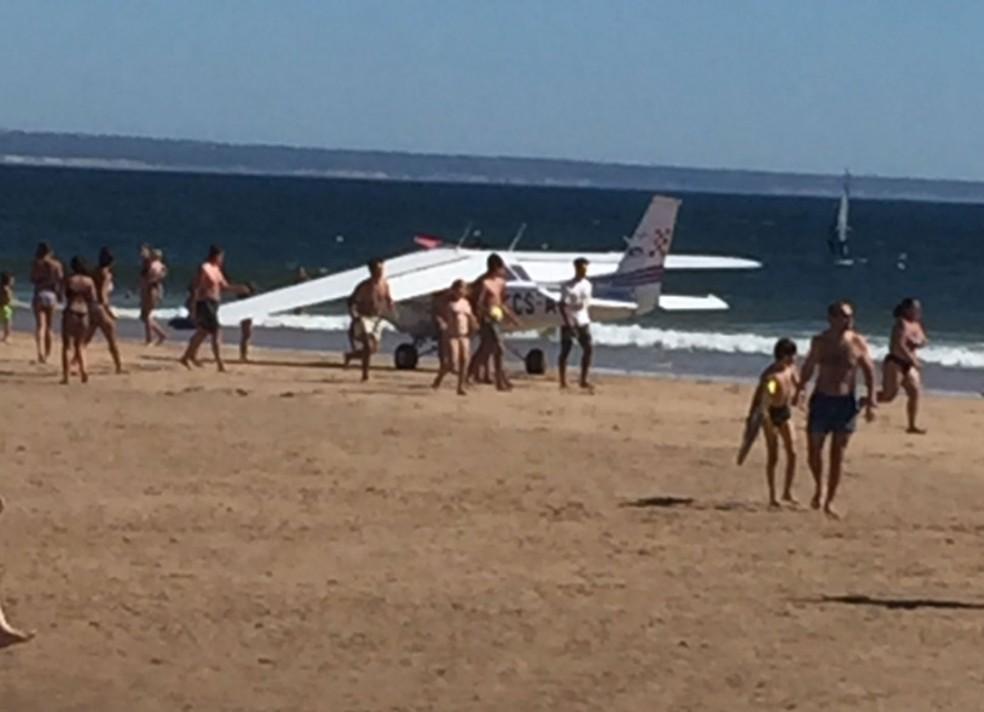 Resultado de imagem para Avião faz pouso de emergência em praia; dois banhistas morrem.