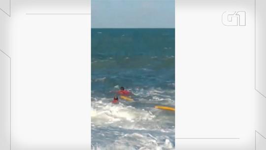Bombeiros arriscam vida e salvam homem de afogamento em mar agitado no litoral Sul do RN; veja vídeo
