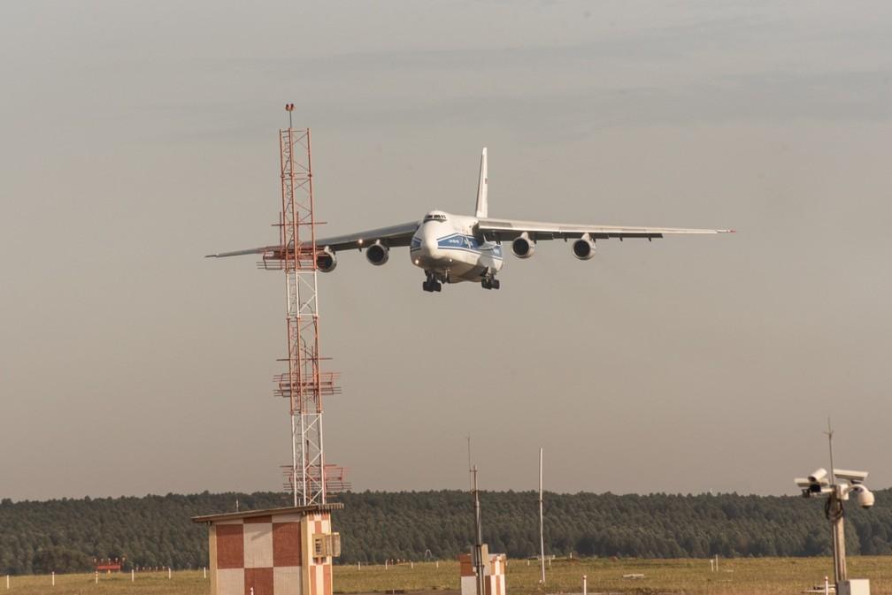Antonov 124 se aproxima de Viracopos e é registrado no 'Spotter day', em Campinas. — Foto: Luciano Calafiori/G1